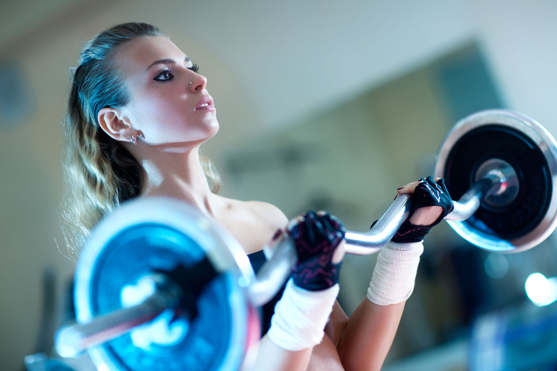 young-woman-weightlifting